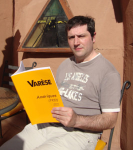 Álvaro Gallegos holding a copy of the score of Edgard Varèse's orchestral composition Amériques.