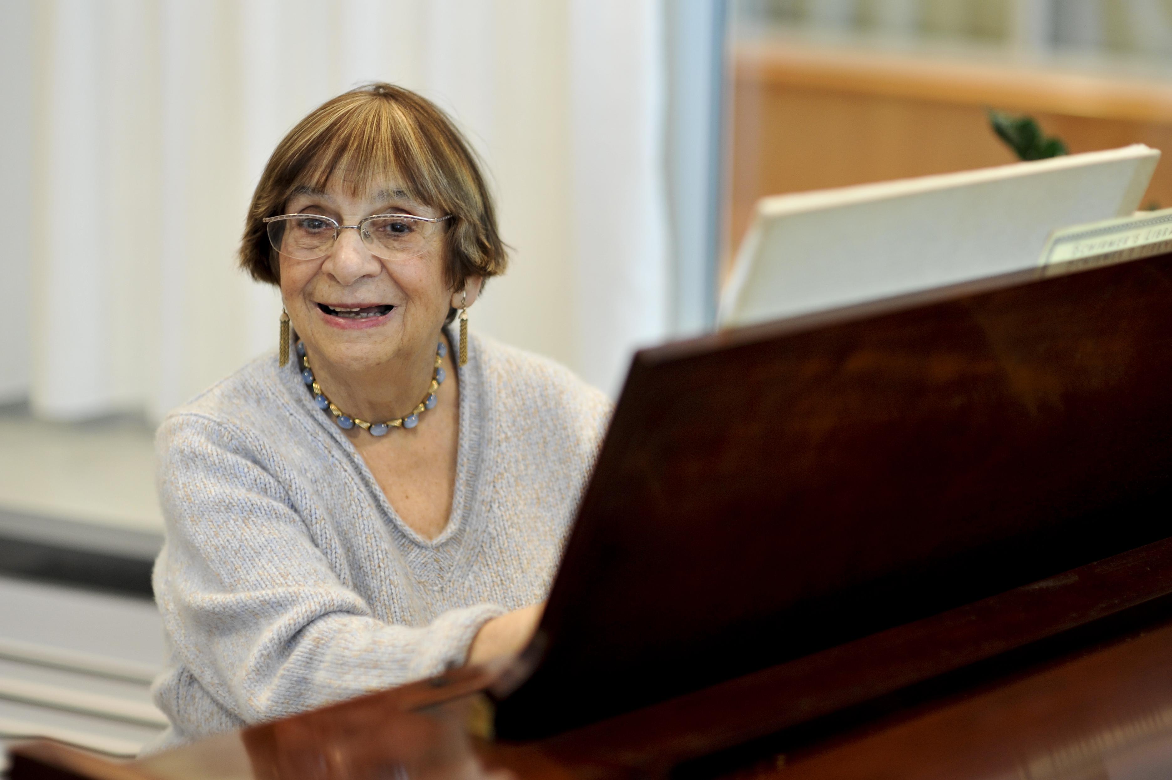 Ursula Mamlok at the piano (Photo by Simon Pauly)